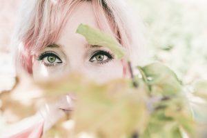 Zobacz Twoje wewnętrzne piękno - wstęp do NVC - twarz kobiety wśród liści